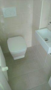 Sanitäre Installationen in schwierigen Verhältnissen. Die Lösung: ein eingelassenes Waschbecken