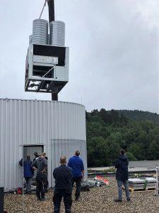 Die Groß-Klimaanlage wird per Autokrahn auf dem Dach installiert.